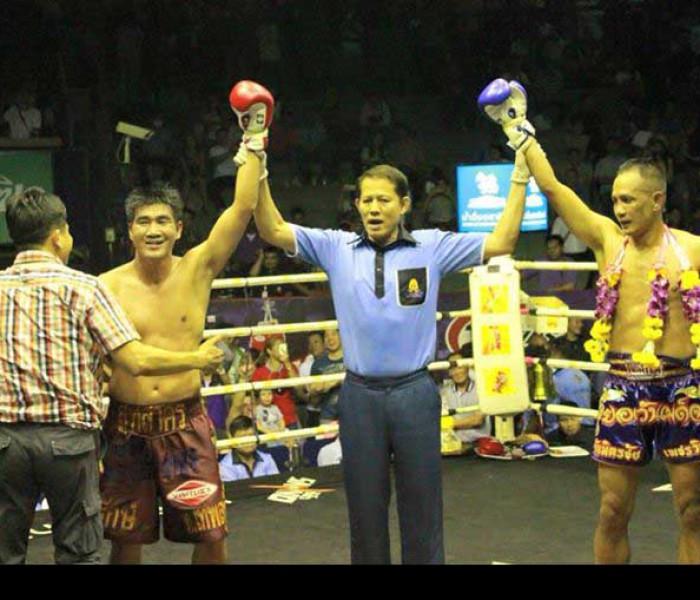 Video: Boxe vs Muay Thai at Rajadamnern Stadium: Somrak Khamsing vs Yodwanpadet Sor. Junlansen – 02/04/2015