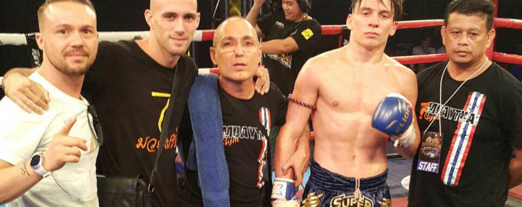 (English) Flash News: Mathias defeats Markleak Sittisukto at Super Muay Thai – 29th May 2016